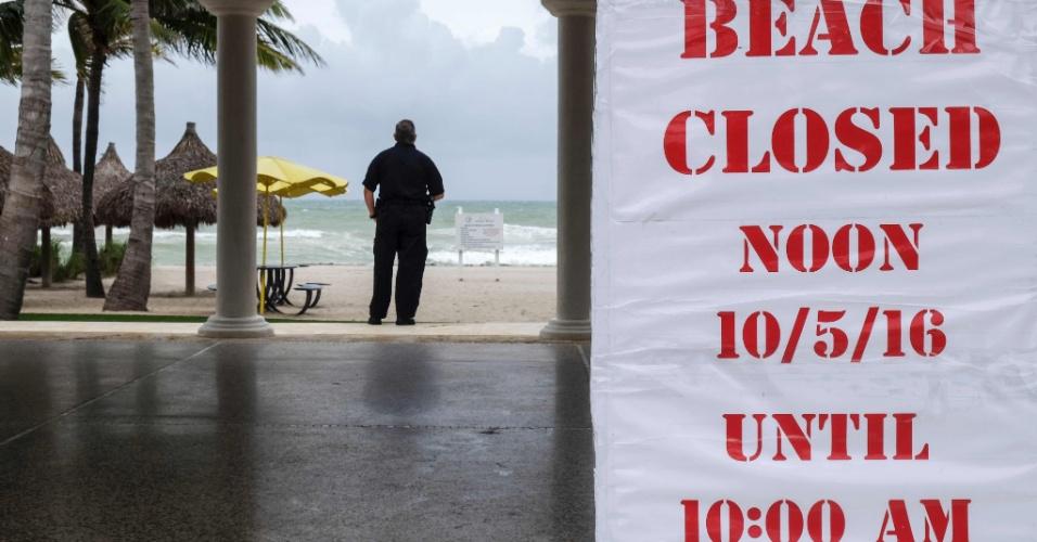 6.out.2016 - Placa informa acesso fechado para praia em Golden Beach, vila localizada no Estado americano da Flórida, por causa da passagem do furacão Matthew