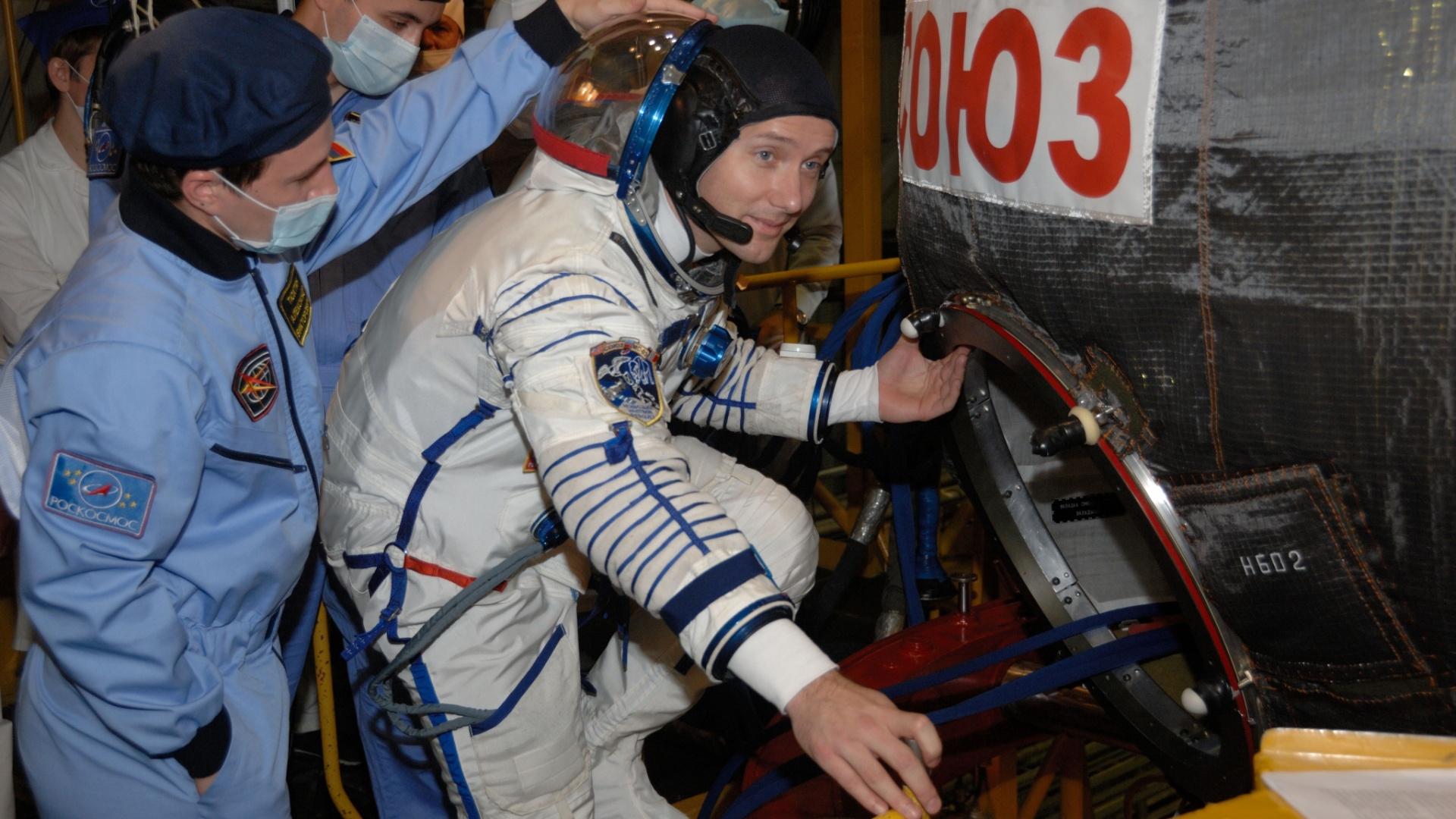 """4.nov.2016 - MALAS PRONTAS? - O astronauta Thomas Pesquet, da ESA (Agência Espacial Europeia), visita a espaçonave Soyuz MS-03, onde irá """"viajar"""" no dia 17 de novembro ao lado do comandante Oleg Novitskiy para uma missão de seis messes na ISS (Estação Espacial Internacional)"""