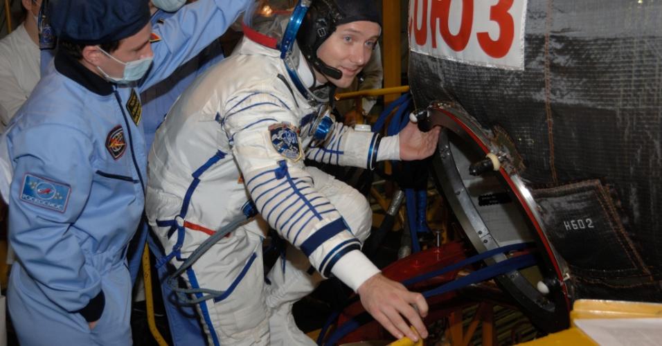 4.nov.2016 - MALAS PRONTAS? - O astronauta Thomas Pesquet, da ESA (Agência Espacial Europeia), visita a espaçonave Soyuz MS-03, onde irá