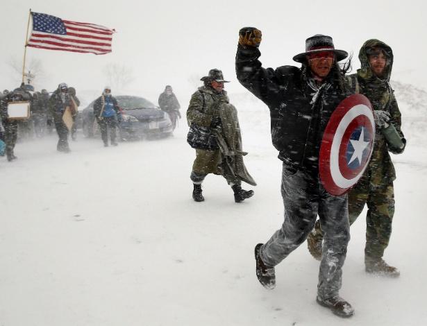 5.dez.2016 - Veteranos e ativistas marcham contra o oleoduto Dakota Access, próximo a reserva indígena em North Dakota (EUA)