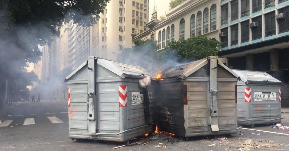 1º.fev.2017 - Manifestantes incendeiam caçambas de lixo da prefeitura na avenida Rio Branco durante protesto contra o pacote anticrise do governo do Estado do Rio de Janeiro que terminou em confronto com a polícia