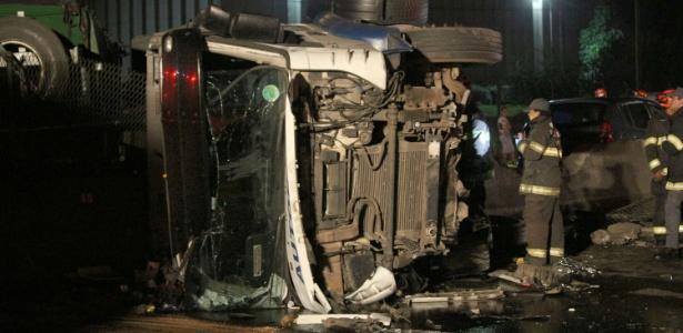 Motorista perde controle de caminhão no km 211 da Rodovia Presidente Dutra