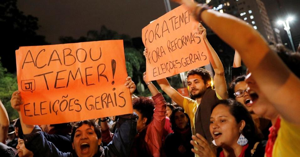 17.mai.2017 - Pessoas manifestam contra o presidente Michel Temer, na avenida Paulista, depois que o dona da JBS, Joesley Batista, disse que ele deu aval à compra do silêncio de Eduardo Cunha