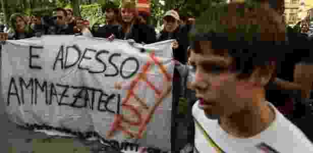 """""""E agora matem todos nós"""", diz bandeira que levam ativistas antimáfia em protesto de 2007, em Palermo - GETTY/MARCELLO PATERNOSTRO/BBC - GETTY/MARCELLO PATERNOSTRO/BBC"""