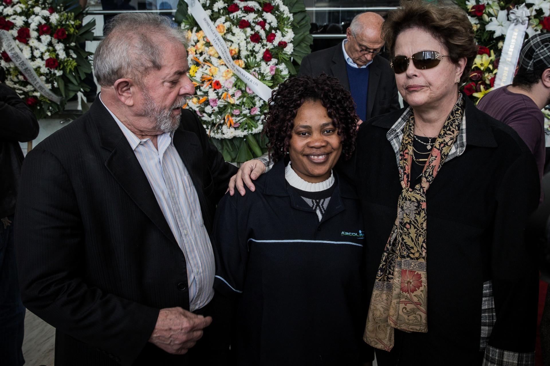 21.jul.2017 - Funcionária da Alesp (Assembleia Legislativa de São Paulo) tira foto com os ex-presidentes Luiz Inácio Lula da Silva e Dilma Rousseff