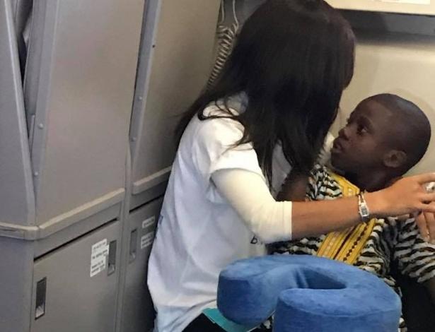 Mulher acalmou menino com abraço em imagem que viralizou nas redes sociais