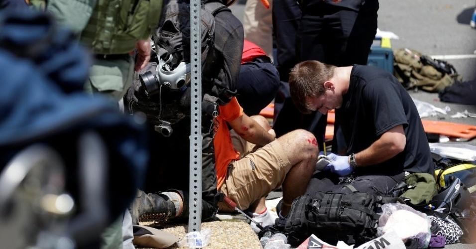 12.ago.2017 - Socorristas atendem feridos nas ruas de Charlottesville, no Estado americano de Virgínia