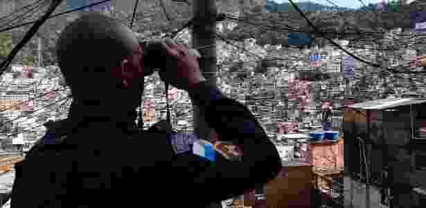 Policial militar observa movimentação na favela da Rocinha, na zona sul do Rio - Rommel Pinto/Agência Estado