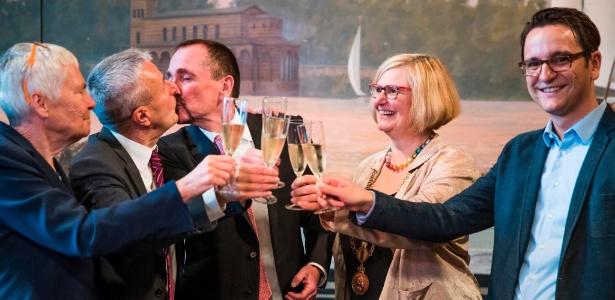 Bode Mende (2º à dir.) e Karl Kreile (centro) brindam com suas testemunhas durante a primeira cerimônia de casamento gay na Alemanha, em Berlim