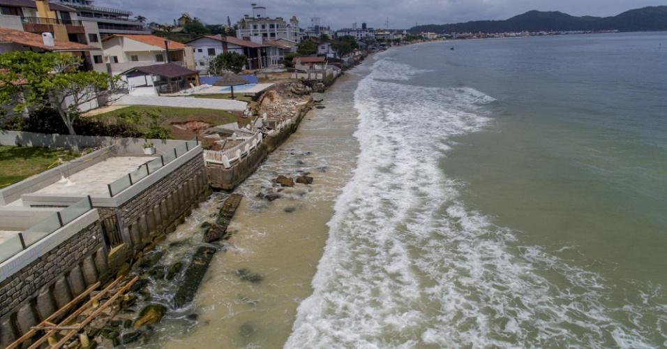 23.nov.2017 - Consequências das últimas ressacas e o fim da faixa de areia em muitos pontos da praia dos Ingleses, ao norte de Florianópolis