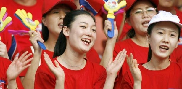 O grupo de cheerleaders da Coreia do Norte, nesta foto em atuação na China, vai se apresentar nos Jogos de Inverno da Coreia do Sul