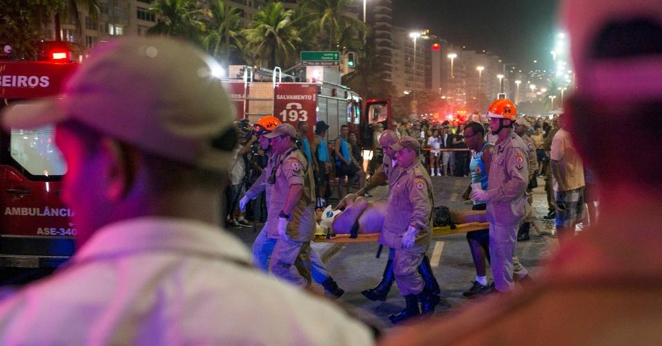 18.jan.18 -Carro invade calçadão na orla de Copacabana na noite desta quinta (18). Pelo menos 15 pessoas foram atingidas. Motorista disse ter sofrido um ataque epilético, e polícia descarta hipótese de ataque terrorista.