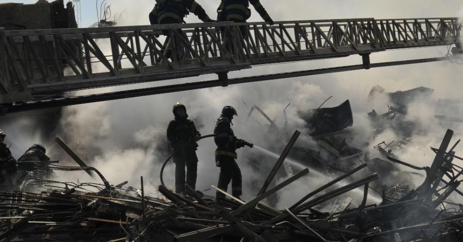 1º.mai.2018 - Bombeiros atuam em meio aos escombros do edifício na busca por possíveis sobreviventes do desabamento do prédio de 24 andares que pegou fogo e desabou no centro de SP