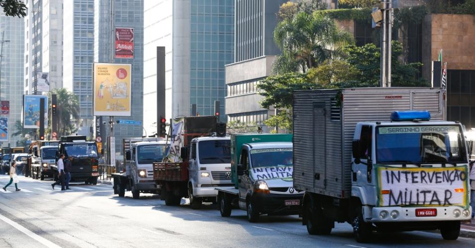 Motoristas de caminhoes realizam um protesto na avenida Paulista, em São Paulo, na tarde desta segunda-feira (28). O ato é contra o aumento dos combustíveis e em apoio ao movimento de greve dos caminhoneiros, que entrou no oitavo dia