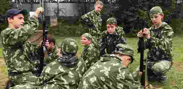 Na Rússia, crianças estão trocando o conforto da cidade por fuzis AK-47 e peças de camuflagem em acampamentos militares - Emily Sherwin/DW