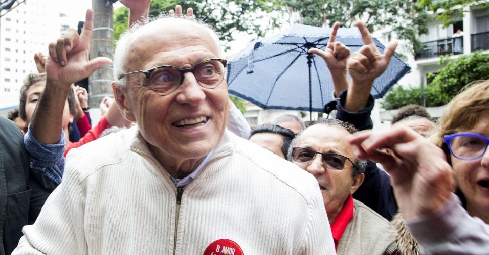 Candidato do PT ao Senado, Eduardo Suplicy ao chegar para votar em colégio no bairro de Indianópolis, zona sul de São Paulo