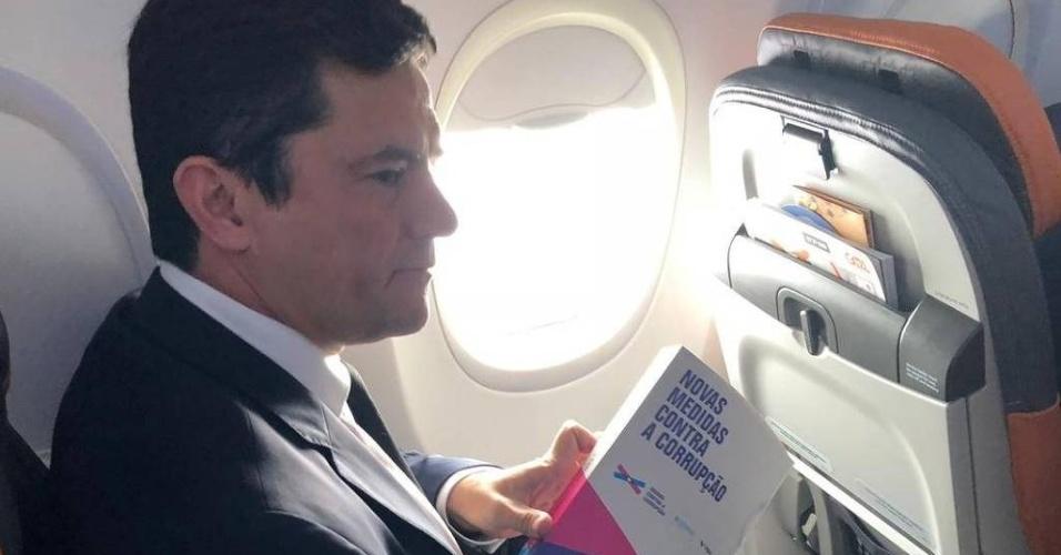 O juiz Sergio Moro em voo para o Rio de Janeiro, onde irá encontrar com o presidente eleito, Jair Bolsonaro (PSL)