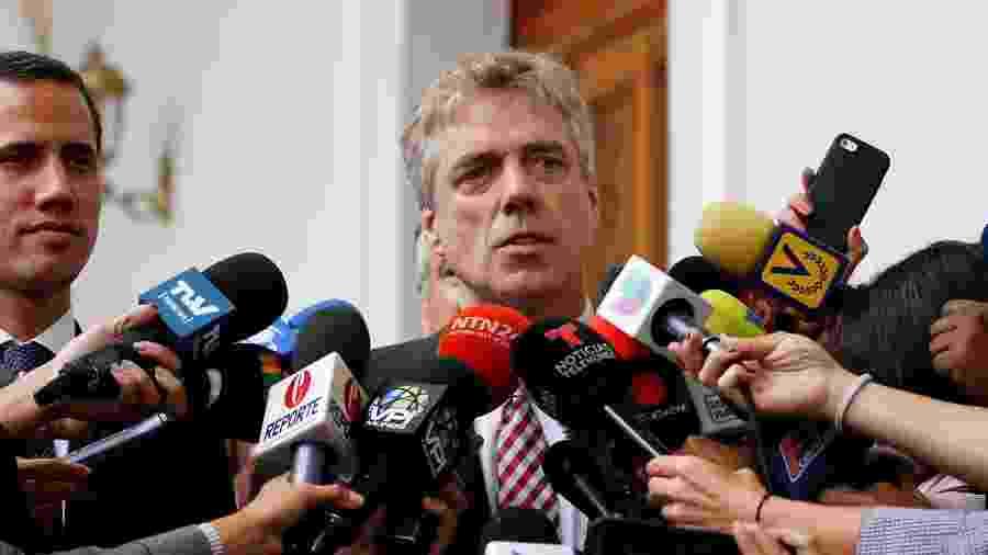 19.fev.2019 - Embaixador alemão para a Venezuela Daniel Martin Kriener em coletiva de imprensa ao lado do opositor venezuelano Juan Guaidó - Marco Bello/Reuters