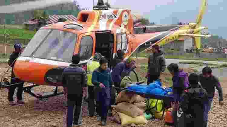 Corpo de um alpinista japonês é retirado de acampamento no Everest; restos mortais de pessoas que morreram há algum tempo estão aparecendo com maior frequência, segundo associações locais - Ang Tashi Sherpa/BBC - Ang Tashi Sherpa/BBC