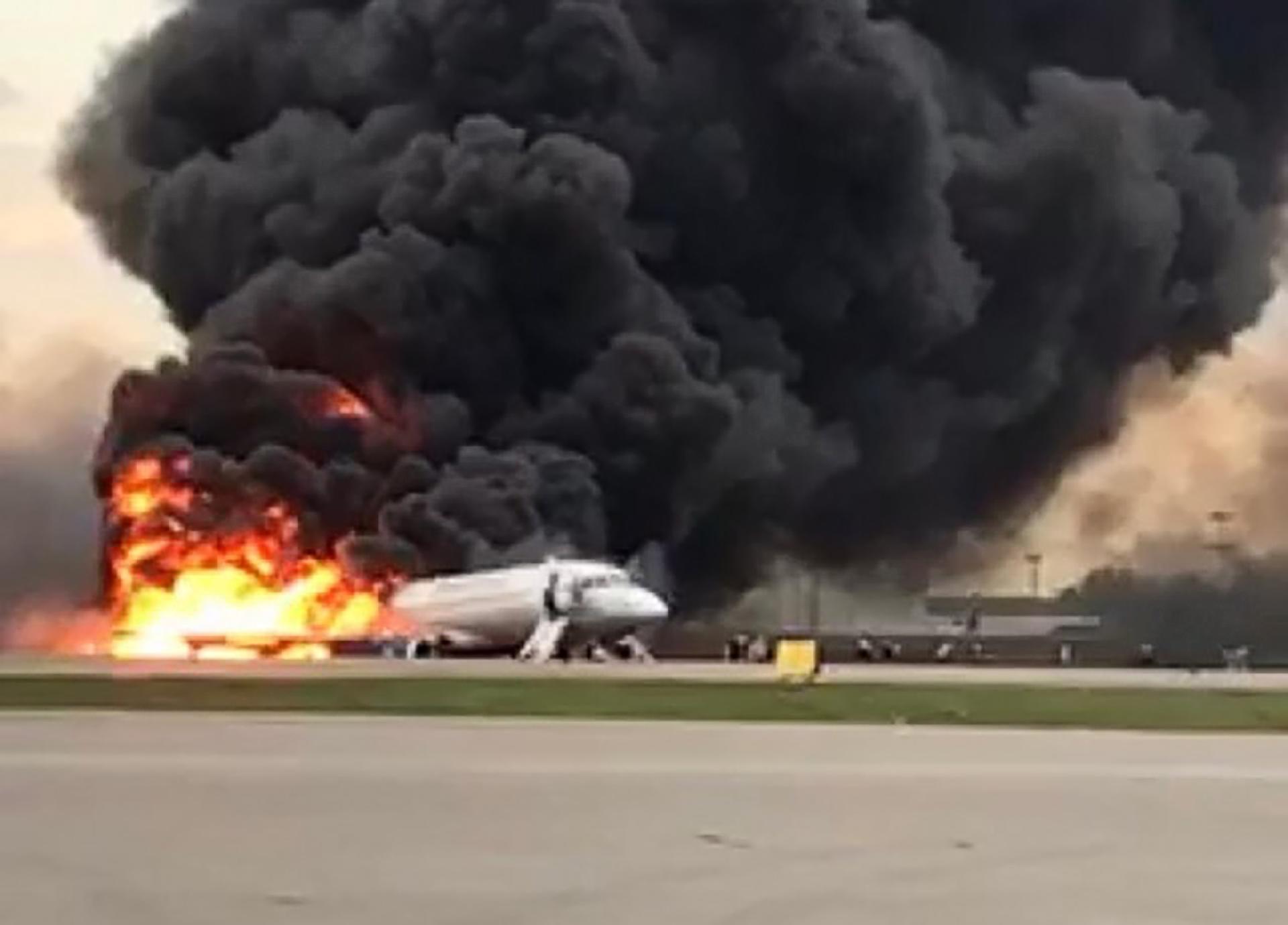 Resultado de imagem para avião pegou fogo aeroflot