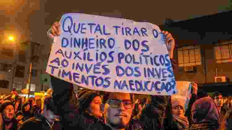 15.maio.2019 - Manifestantes em Curitiba questionam os cortes de gastos - EDUARDO MATYSIAK/FUTURA PRESS/FUTURA PRESS/ESTADÃO CONTEÚDO
