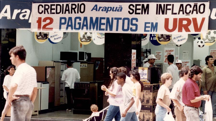 15.mar.1994 - Fachada de loja em São Paulo oferece crediário em URV (Unidade Real de Valor), que serviu como uma ponte entre o cruzeiro e o real - Eduardo Knapp/Folhapress