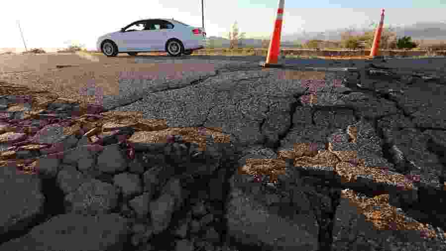 Carro passa por uma fissura que se abriu após um forte terremoto que atingiu o sul da Califórnia, nos Estados Unidos - DAVID MCNEW/REUTERS