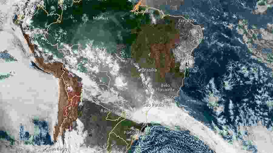 Imagem de satélite da Nasa mostra o corredor de fumaça da Amazônia sobre a América do Sul na segunda-feira (19) - Reprodução