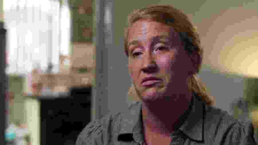 Claire foi vítima de violência doméstica e decidiu advertir outras mulheres quando o ex-parceiro voltou a morar perto dela - BBC