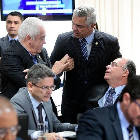 Major Olimpio (em pé, ao centro) e Marcos do Val (à dir.) apresentaram emendas que beneficiam policiais - Pedro França/Agência Senado