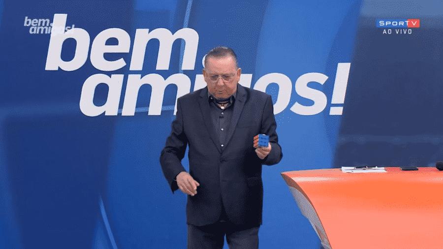 O apresentador e narrador Galvão Bueno com um cubo mágico - Reprodução