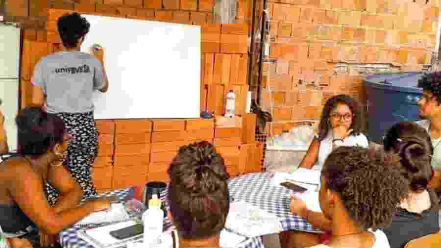 O espaço improvisado na laje do UniFavela, no Complexo da Maré - Divulgação