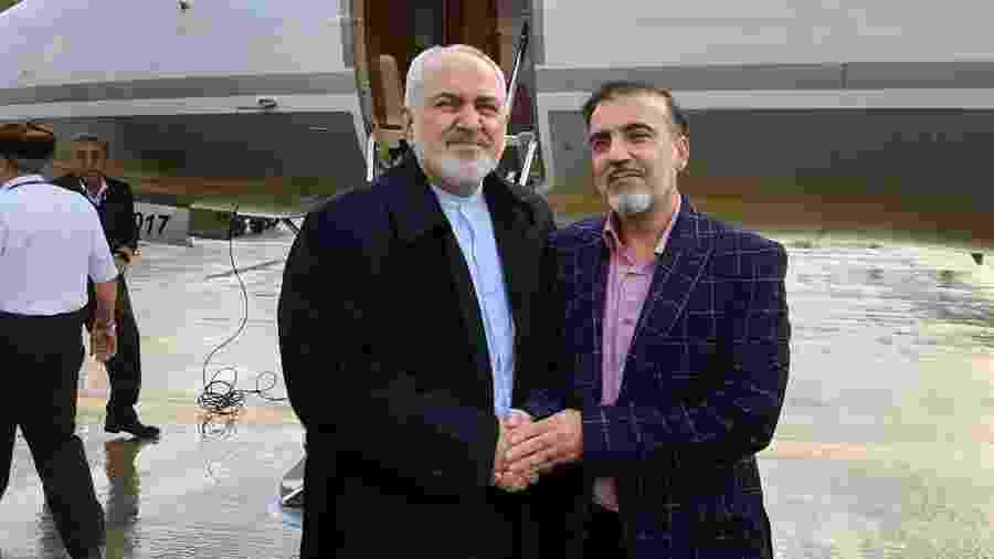 Foto divulgada pelo ministro das Relações Exteriores do Irã, Mohammad Javad Zarif, mostra o chanceler (à esquerda) ao lado do cientista iraniano Massud Soleimani - AFP