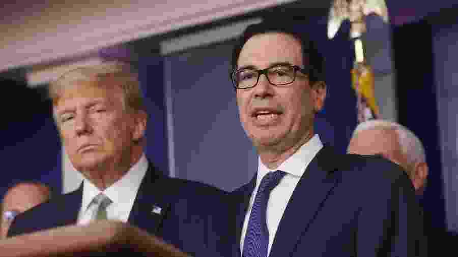 17.mar.2020 - O presidente Donald Trump e o secretário americano de finanças, Steven Mnuchin, em coletiva de imprensa sobre o coronavírus na Casa Branca, em Washington D.C. - Jonathan Ernst/Reuters