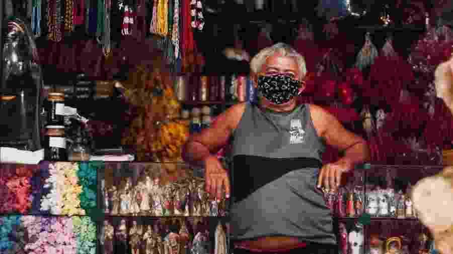 Vendedor usa máscara no Mercado Ver-o-Peso, um dos locais onde foram feitos os testes - Nay Jinknss/Getty Images