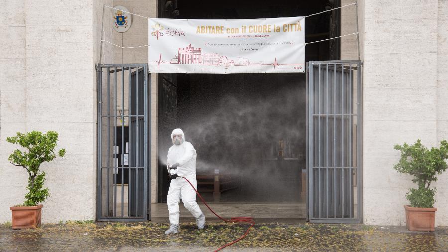13.mai.2020 - Ação de desinfecção na moderna Basílica de Dom Bosco, em Roma, na Itália - Pacific Press / LightRocket via Getty Images