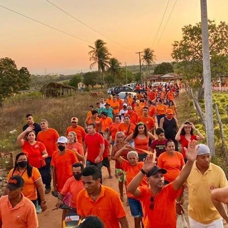 05.out.2020 - Caminhada política realizada pelo candidato a prefeito do município de Pedro Velho (RN), Junior Balada (DEM) - Reprodução/Instagram/jovenspelamudanca