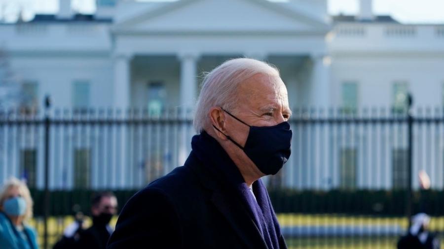 Decreto exigirá uso de máscaras em aeroportos e no transporte público, como muitos aviões, trens e ônibus disseram autoridades. - Drew Angerer/Getty Images