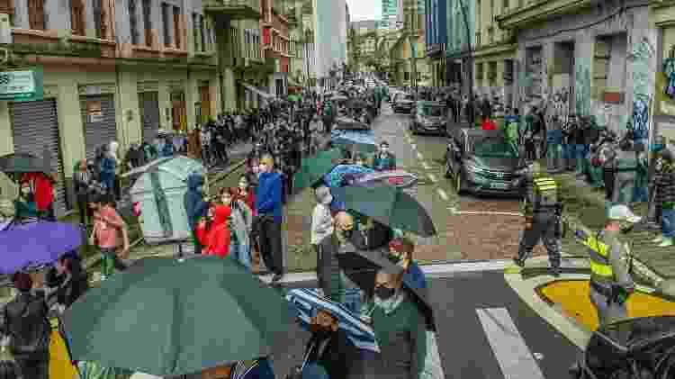 5 de maio 2021 - O retorno de populares para vacinação da segunda dose contra a covid-19 causa aglomerações no centro de Porto Alegre (RS) - EVANDRO LEAL/ESTADÃO CONTEÚDO - EVANDRO LEAL/ESTADÃO CONTEÚDO