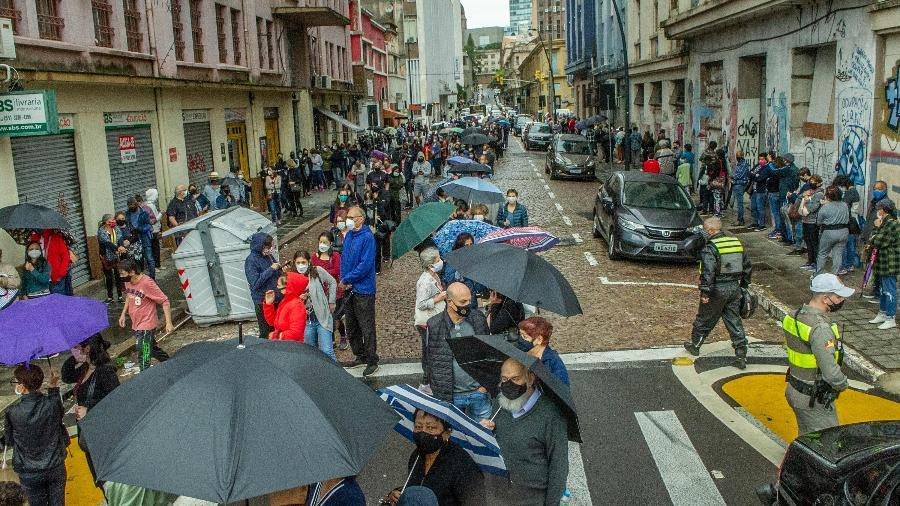 O retorno de populares para vacinação da segunda dose contra a covid-19 causa aglomerações no centro de Porto Alegre (RS) - EVANDRO LEAL/ESTADÃO CONTEÚDO