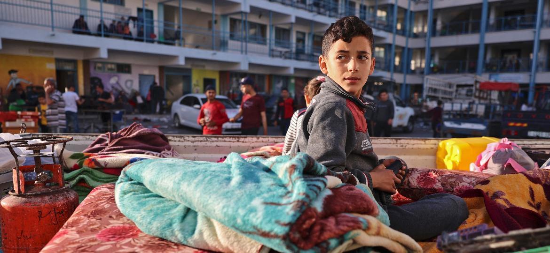 Menino palestino em um dos campos de refugiados, em 14 de maio; famílias tiveram de deixar suas casas por causa dos bombardeios israelenses à Faixa de Gaza - Mohammmed Abed/AFP