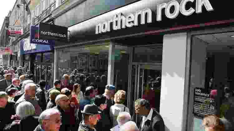 Com a crise do Northern Rock, clientes britânicos formaram filas para retirar seu dinheiro - Getty Images - Getty Images