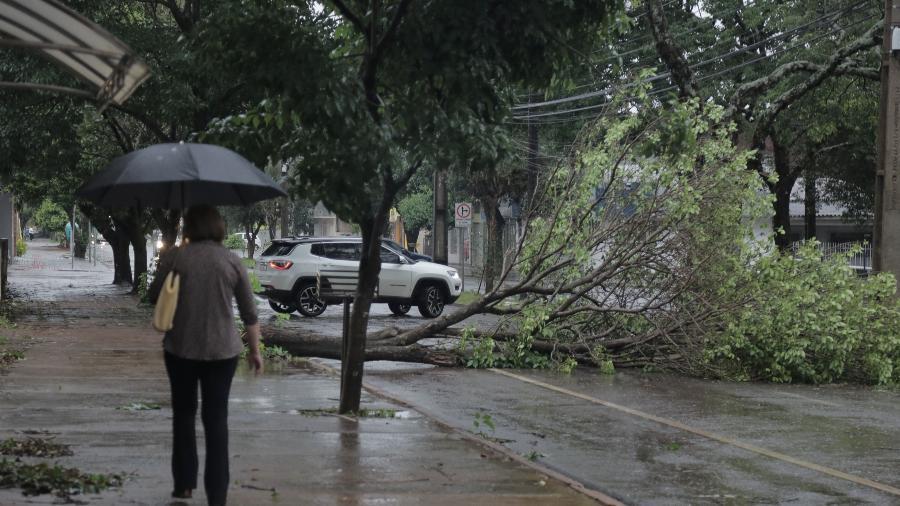 Um forte temporal durante a madrugada desta quinta-feira (14), em Campo Mourão, na Região Centro-Oeste do Paraná - DIRCEU PORTUGAL/FOTOARENA/ESTADÃO CONTEÚDO