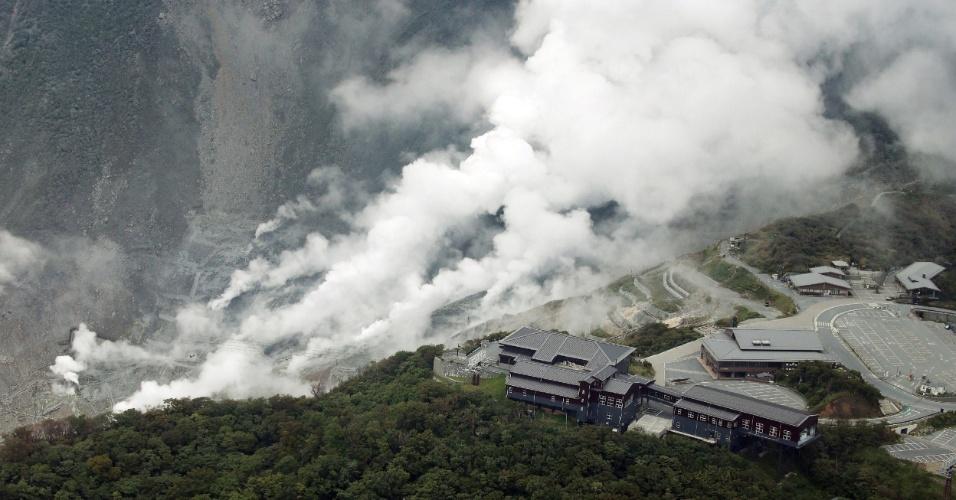 30.jun.2015 - Vapor que sai da terra revela a erupção iminente do Monte Hakone, no Japão. A Agência Meteorológica do Japão (JMA, sigla em inglês) ordenou a evacuação do entorno do vulcão, situado a cerca de 80 quilômetros de Tóquio