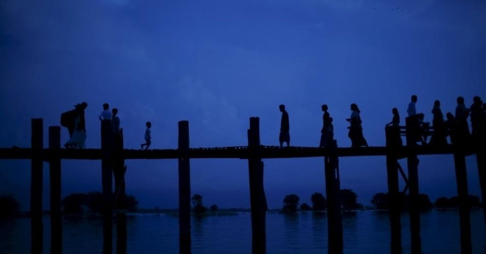 6.out.2015 - Cor do céu se confunde com a cor de lago Tuangthaman em Mandalay, Mianmar