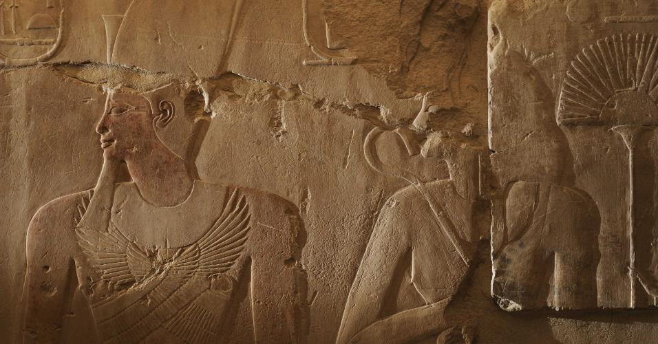 19.out.2015 - Em uma cena gravada em um pequeno templo onde antes era Karnak, em Luxor, no Egito, Hatchepsut aparece atrás de seu marido, o faraó Tutmés 2º. Quando os escultores começam a decoração, a representaram como uma rainha. Entretanto, quando Turmés 2º morreu, e Hatchepsut obteve a coroa, ela mudou a mensagem do relevo: ele é divinizado e ela segura o cetro do faraó firmemente