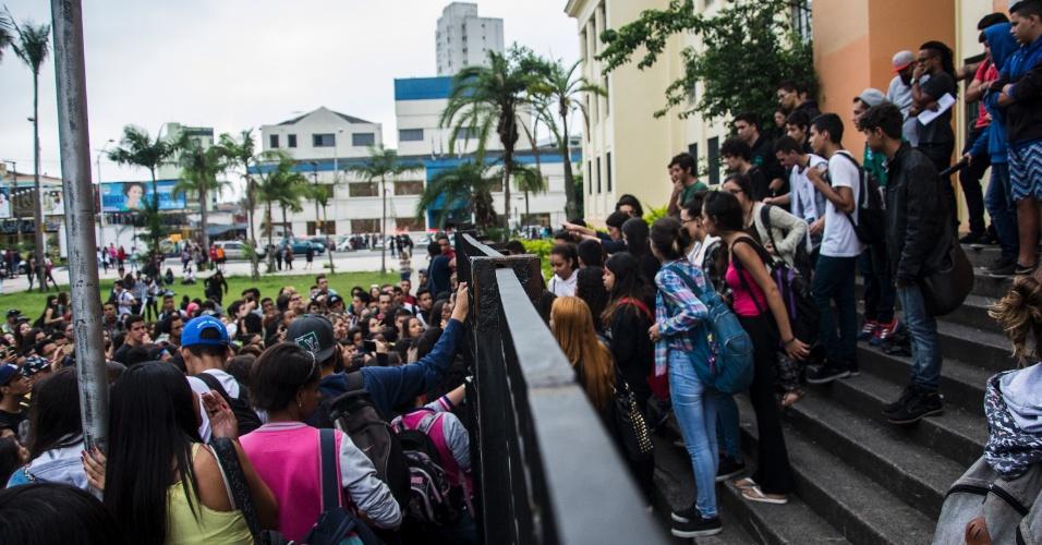 17.nov.2015 - Estudantes fazem manifestação na Escola Estadual Américo Brasiliene, em Santo André, nesta terça. Mais de 20 escolas estão ocupadas por estudantes em todo o Estado de São Paulo. Eles são contra a reorganização da rede estadual anunciada em setembro pela Secretaria da Educação