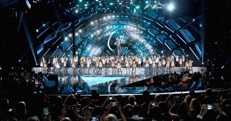 As 80 candidatas a Miss Universo 2015 se apresentam no palco do Planet Hollywood Resort & Casino, em Las Vegas (EUA), durante a final do concurso