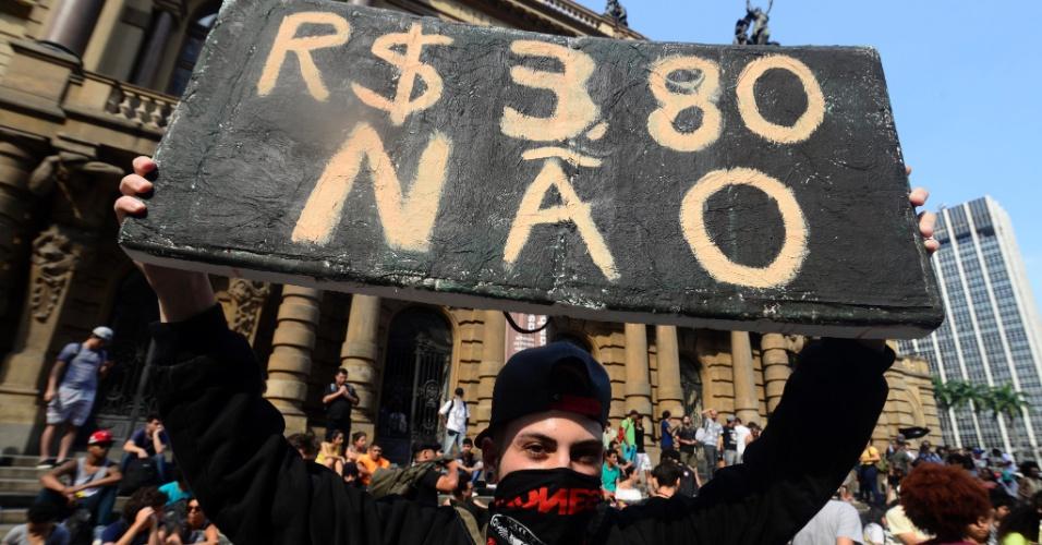 8.jan.2016 - Manifestante segura placa durante concentração em frente ao Teatro Municipal, no centro de São Paulo, durante a tarde, para ato contra o aumento do valor da tarifa do transporte público na cidade. A partir de sábado (9), a passagem, que custa R$ 3,50, vai para R$ 3,80