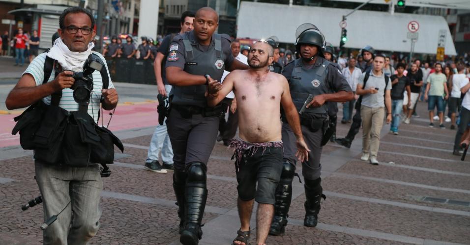 8.jan.2016 - Policiais detêm homem durante confusão em ato contra o aumento do valor da tarifa do transporte público de São Paulo, no centro de São Paulo. Neste sábado (9), tarifa passa de R$ 3,50 para R$ 3,80